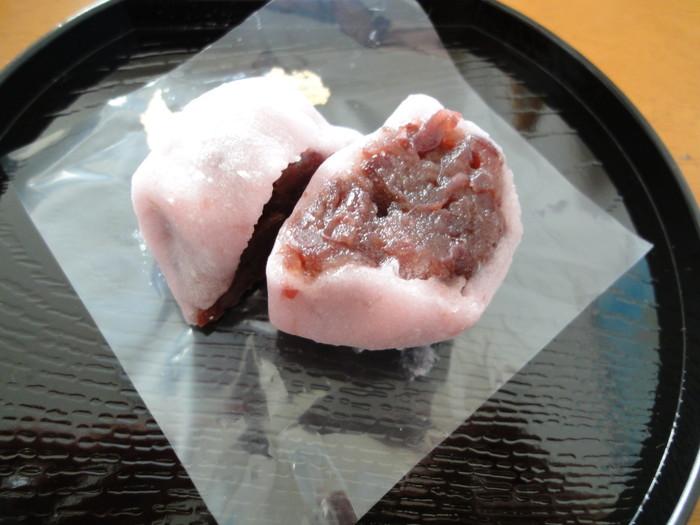 俵屋吉富は、創業約250年を誇る老舗の京菓子司。代表銘菓は、丹波大納言小豆を使った棹菓子「雲龍」ですが、桜の季節なら『桜大福』がお勧めです。塩漬けの桜花を練り込んだ餅生地は春の香りいっぱい。餅生地の塩味とつぶ餡の甘味がちょうど良いバランスと評判の大福です。