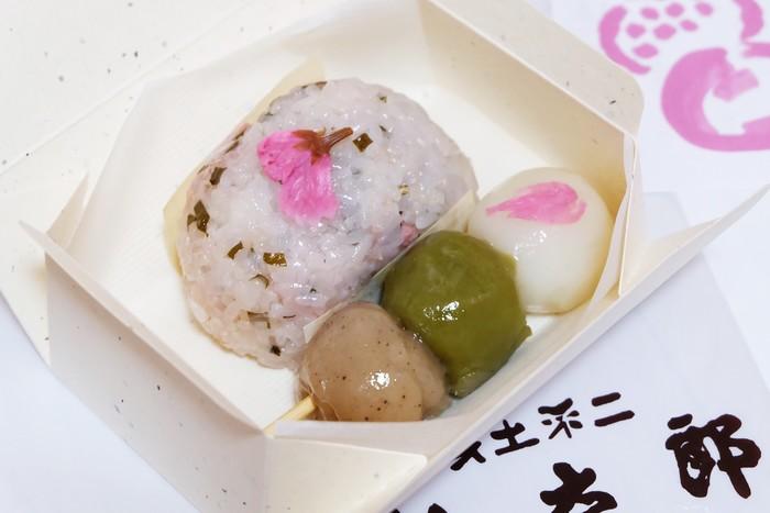 『ご存知最中』『ぼた餅』で人気の「仙太郎」。 仙太郎の菓子は、見た目よりも中身勝負。厳選された国産原料から作られる和菓子は、素朴ながらも上品な味わい。素直に美味しいと感じるものばかりです。  春の季節なら、季節限定の『桜ぼた』。刻み込まれた桜葉と桜花の塩気が小豆餡の甘味を引き立てて美味しいと評判。桜の香りも高い秀逸の餅菓子です。『花とだんご』も、桜の季節の人気商品。花見にぴったりの甘味です。
