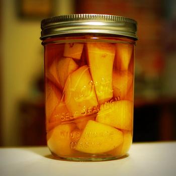 でも、せっかくだったら、旬のフルーツを使って自家製のフルーツビネガーをつくってみませんか? 今回は、フルーツビネガーのおすすめの活用法やレシピをご紹介します。