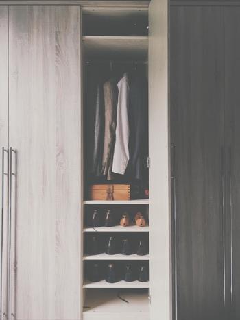 部屋に備わっているクローゼットは「10着がぎりぎり入る程度の大きさ」というのがパリのスタンダード。そこにゆったりと収まっている服を見ると、気分が晴れやかになるそうです。 あちこち探したり迷ったりすることが無いと思えば、その気持ちがわかるような気がしますよね。
