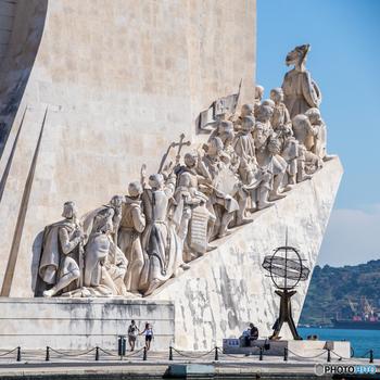 大航海時代の記念碑として建てらてた「発見のモニュメント(パドラオン・ドス・デスコブリメントス)」。当時のポルトガルの王子を筆頭に、ヴァスコ・ダ・ガマやフランシスコ・ザビエルなどの偉人の像が並んでいます。