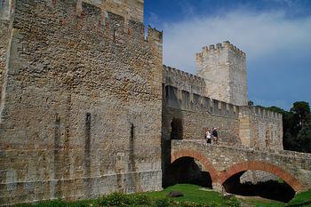 リスボン市内の高台にそびえ立つ、一際目立つ「サン・ジョルジェ城」。リスボンの街を見渡せる、絶景スポットとしても有名なんです。