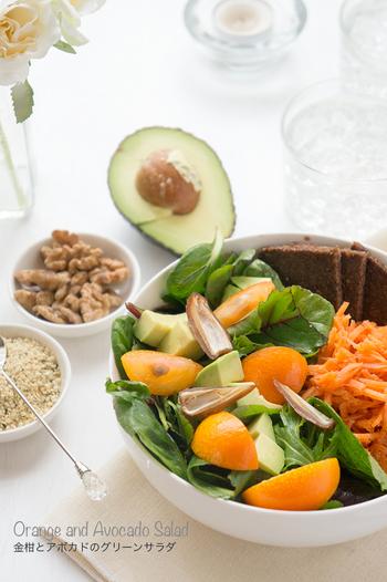 金柑、アボカドなどで作る、グリーンとオレンジの彩りも美しいサラダは、ボウルに装ってパンを添えれば、おうちにいながらカフェ気分が味わえそう。