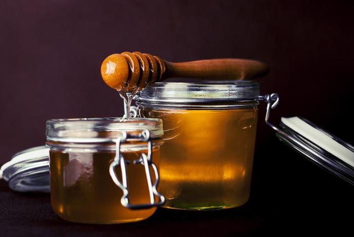 [材料] ハチミツ・・・1/2カップ オリーブオイル・・・1/4カップ  材料を混ぜ合わせて髪に馴染ませます。頭皮マッサージもすると効果的です。馴染ませたら、シャンプー、リンスで洗い流しましょう。