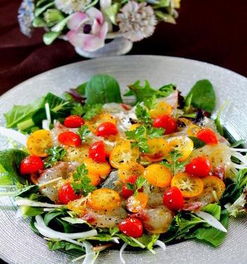 スライスした金柑と鯛を、オリーブオイルソースに漬け込んだ彩り鮮やかなカルパッチョ。切る、漬ける、盛りつけるだけの簡単レシピなのに、見た目も豪華で食卓の中心に出せば一気に華やかになりそう。