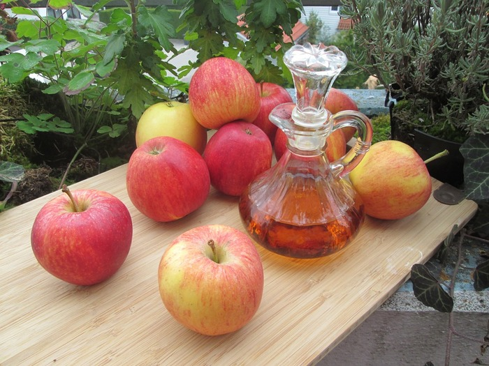 [材料] はちみつ・・・1/4カップ りんご酢・・・大さじ10  材料を混ぜてシャンプーした濡れた髪に塗り、15分ほどおいてお湯で流しましょう。 りんご酢はスタイリング剤なども排除してくれ、かゆみを抑える効果もあります。