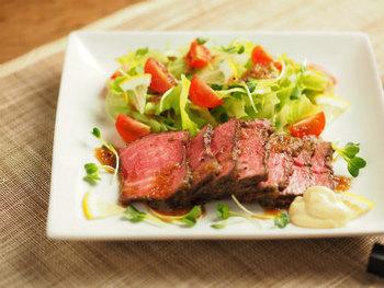 フライパンで焼き目を付けたお肉をポリ袋に入れ、熱湯とともに炊飯器に入れて保温モードに。火加減がむずかしいローストビーフも、炊飯器におまかせできれいに仕上がります。