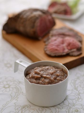 玉ネギの甘み、うまみを最大限に引き出すグレイビーソース。お肉といっしょに蒸し焼きにした玉ねぎをブレンダーにかけ、コクのあるソースにします。
