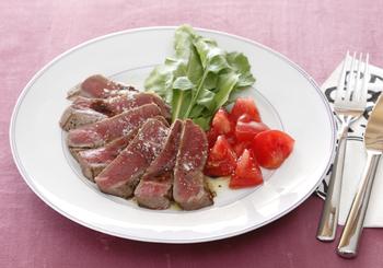 タリアータとは、イタリア語で「薄く切った」という意味。いわゆるローストビーフを野菜とともに食べる料理です。ローズマリーソルトをふったりするのも美味しいそうです。