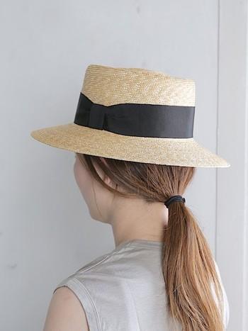 型くずれしにくいしっかりとしたカタチのカンカン帽は、ラフに束ねたヘアスタイルでもきちんと感を演出してくれます。  一見、上級者向けの帽子のように感じますが、難しいかぶり方や合わせるヘアスタイルに悩まなくていいので、実はハット初心者の方にもおすすめの帽子なんですよ。