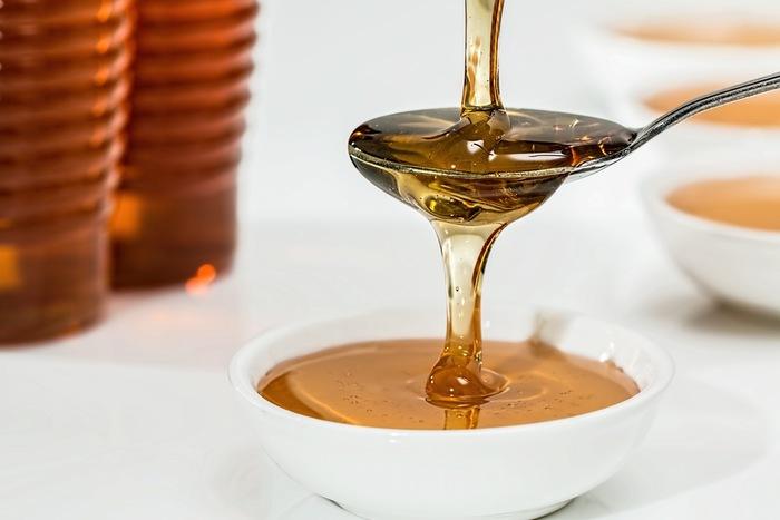 [材料] オリーブオイル・・・大さじ2~3杯 卵の黄身・・・2個 はちみつ・・・小さじ2杯  よく混ぜてペースト状になったら完成です。お好みのエッセンシャルオイルを数滴たらしても良いですね。ヘアパックの時はシャワーキャップを使えばより成分を吸収できます。