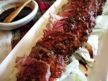 赤ワインベースの粒マスタードソースは、酸味と辛みがお肉にからんでバランスのいい美味しさ。