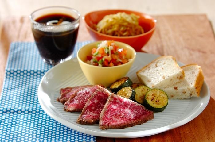 タバスコがきいたサルサソースも、ローストビーフによく合います。ピリリとホットなローストビーフもたまにはいいですね。