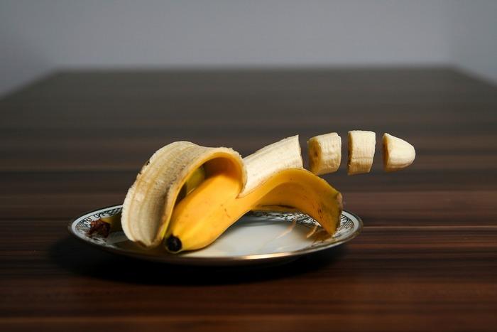[材料] バナナ・・・1本 はちみつ・・・大さじ1  [作り方] ミキサーで材料を入れペースト状にし完成。髪につけて20分ほど置き、洗い流しましょう。