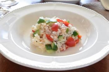 カラフルなお野菜を使うとより一層華やかに仕上がりますね。大皿にレタスを敷いて、パーティー風に盛り付けも楽しんで。