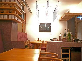 30種以上のお茶と季節の和菓子を楽しめる、和モダンな空間がこちら「HIGASHIYA GINZA」。銀座散歩の休憩でゆったり寛ぎたいときに訪れたいお店です。