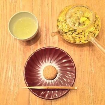 こちらは菊茶と和菓子のセット。花びらが浮かぶ美しいお茶は、見た目にも華やかで嬉しいですね。