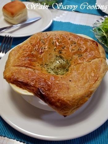 パイシートをかぶせたら、あとはオーブンにお任せ!焼き上がる間に他のお料理も出来ちゃいますね。時間も有効利用?パイをかぶせているから、最後の一口までアツアツで美味しくいただけますよ。
