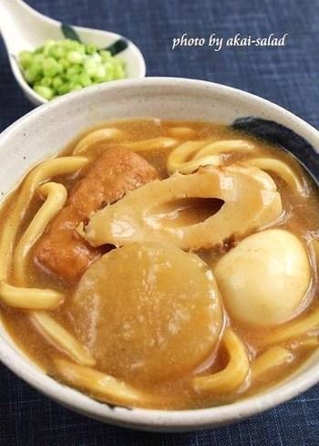 おでんの具材がゴロゴロ入ったカレーうどんは、食べごたえもあってお腹も満足ですね。おでんは予め煮込んでいるので、具材も口の中でとろけるように柔らかくてほっこり温まりますよ。