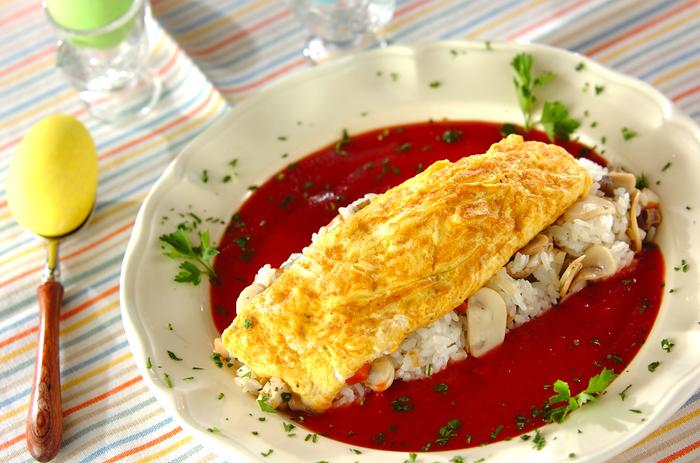 おでんの具を刻んでご飯に入れて、オムレツをのせれば全く違う一皿に大変身?和のおでんがこんなにおしゃれな洋食になっちゃいますよ。彩りも鮮やかで見た目にも楽しいですよね。