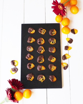 柑橘系のピールをチョコレートで包むフランス生まれのお菓子、オランジェット。オレンジがよく使われますが、金柑で作れば見た目も小さくてキュートなうえ、作り方もオレンジより簡単にできて◎。