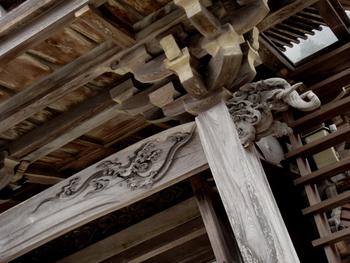奈良時代の寺社建築には欄間がすでに使われ、平安の絵巻物にも欄間の原形が見られました。また、日本の寺の梁には必ず彫り物が施され、やがては彫刻欄間へと、豪華で厚みのある彫刻技術が受け継がれていきました。建物の構造部材であり、様式であるだけでなく、美を表現した日本文化の特徴でもあったのです。