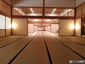 佐賀城内の大広間に見る見事な格子組子の間越し欄間・・・畳と襖、間と間を繋ぐ鴨居と一体化する間越しに見る千本格子の美しさに、改めて日本の建築様式の奥深さと伝統美を感じます。