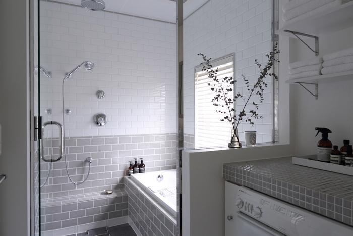 重曹はバスルームの皮脂汚れや湯垢にも効果的。排水溝やバスルームの床に重曹パウダーをふりかけてスポンジでこするだけでOKです。