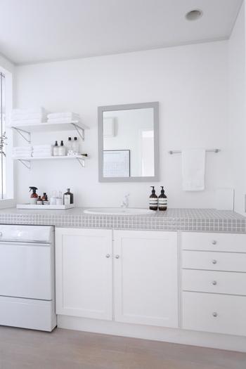 洗面台や蛇口には、濡らしたスポンジに重曹パウダーをふりかけてこするだけ。研磨作用で水垢を落とすことができます。水で流した後は、しっかり水気を拭き取りましょう。
