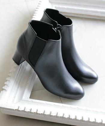 ブーツのサイドに伸縮性のあるゴア素材を使ったサイドゴアブーツは、いろいろなコーデに合わせやすい万能アイテムです!くるぶし丈で、どんなボトムスでもバランスよく履けるのも魅力。秋のコーデにプラスしてみませんか。