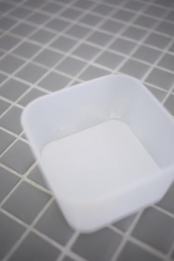 サッと拭いただけでは落ちない汚れには、ペタッと張り付く重曹ペーストがオススメ。作り方は重曹と水を2〜3:1の割合で混ぜるだけなのでとっても簡単!お好みの固さを見つけてくださいね。