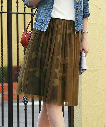 男性的なカモフラ柄もふんわりスカートにすれば女の子っぽく着こなせます。チュール素材は柔らかくてとってもかわいらしいですね。ニットと合わせても素敵。