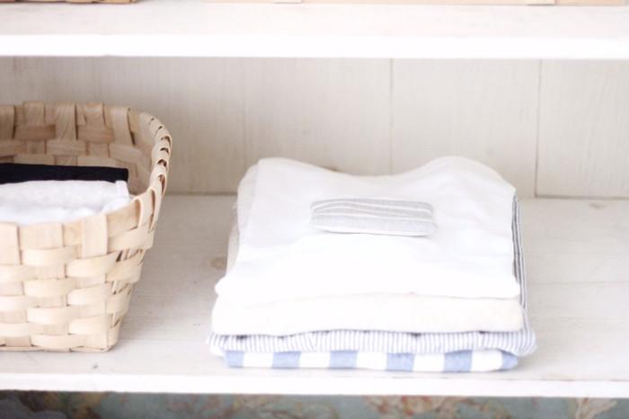 ■レモングラス・ゼラニウム■ 防虫効果のあるゼラニウムやレモングラスのアロマオイルで衣類の虫除けに。アロマオイルと重曹を合わせてお茶パックにいれれば、香りの良い防虫剤の完成です。タンスやクローゼットにそっと忍ばせて。