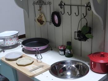 シンクの穴にボウルをはめ込むだけで、ままごとキッチンがとても様になりますね!他には好みで用意したアイテムを取り付けていきましょう。さらにこだわりが見えてくるキッチンになることでしょう。