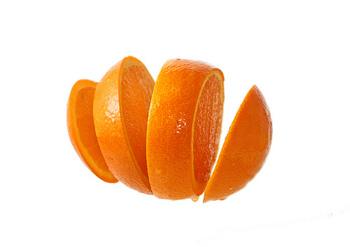 ■スイートオレンジ■ 油汚れに強いオレンジのリモネン成分を重曹にプラス。重曹100gにスイートオレンジのアロマオイル20滴ほど加えてよく混ぜるだけ。スイートオレンジの香りがお掃除中もハッピーな気分にしてくれます。