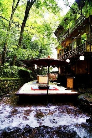 貴船は京都市左京区にある、貴船山と鞍馬山に挟まれた渓谷です。暑いことで有名な京都市内よりも10度近く涼しいので、夏のお出かけにぴったりです!