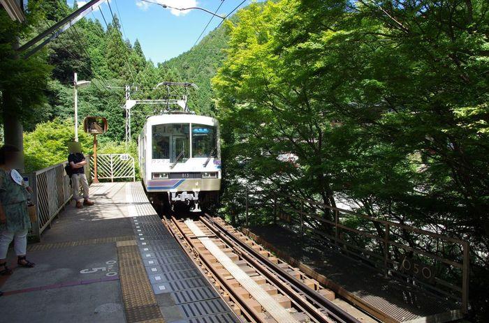 貴船は京阪出町柳駅から叡山電車に乗り換え、約20分で貴船口駅へ。地下鉄国際会館駅からバスに乗っていくこともできます。川の流れを眺めながら、マイナスイオンをたっぷりと浴びましょう。
