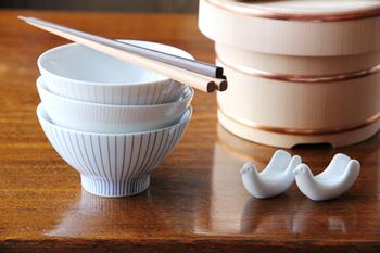 日本のご飯に欠かせない、お茶碗。磁器でできているこのお茶碗は、毎日使うのにとても使いやすい形に作られています。 そしてこのお茶碗の魅力は、カラーバリエーションが7種類もあるところ!