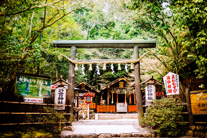 竹林の道すぐそばの、野宮神社はぜひ行っておきたいスポットです。良縁成就のご利益があります。