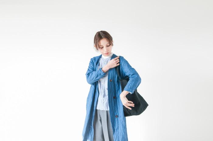 こちらはコットン100%の帆布を使ったバッグ。帆布と言えばナチュラルな イメージのものが多いですが、こちらはとことんミニマム。いっさいの無駄が無い 簡素なデザインの裁ちっぱなしのように仕上げがクールな表情。