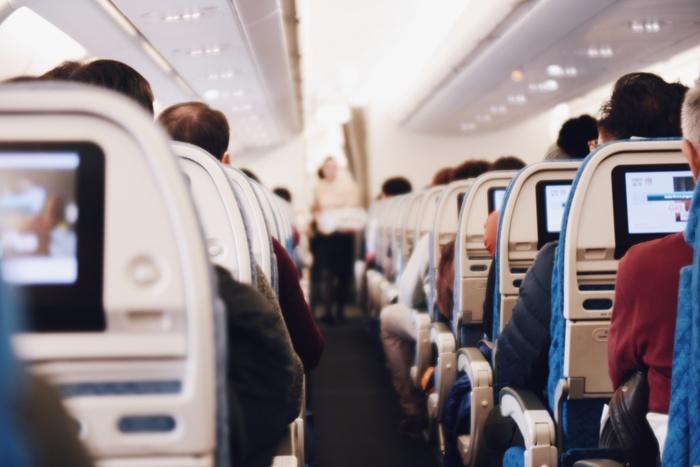 一つは直行便。一番時間がかからなくて楽ですよね。もう一つは別の様々な航空会社を使っての乗り換え便になります、その時にどの航空会社を選ぶかによって、経由する空港の規模や設備をはじめ、機内食のお楽しみ度や機内の快適さも全く異なってきます。