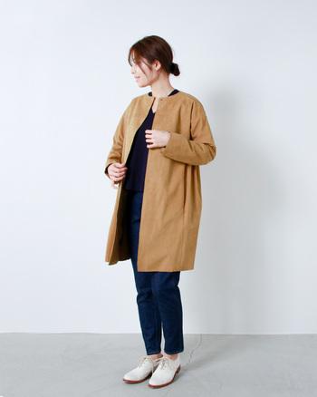 エコスウェードを使った軽やかなコート。生地の断面をそのままにし、無骨な雰囲気をあえて残したデザインは、MY_ならではのユニークなパターンです。