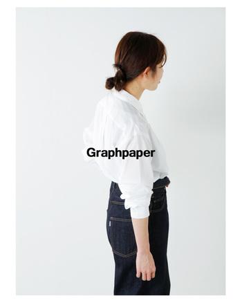 ドレスでもカジュアルでもない絶妙な間の定番シャツ。こちらは旧型のシャトル機でゆっくりと織り上げられており、ふわりとした質感が魅力的。