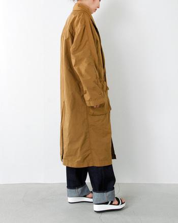 ワーク色の強いコートも製品染めを施したポリナイロン素材を用いることで、くしゃっとしたペーパーライクな質感に。定番のアイテムも素材やパターンなど少し目線を変えてつくられています。