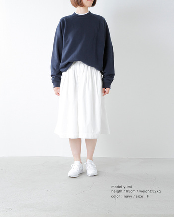 ループウィラ―さんがつくるのは日本の和歌山県でしか生産できない吊り編み裏毛スウェット。それをあえて大きいサイズを別注し、ゆったりとしたサイズ感に。ゆったりとした落ち感が素敵な生地を生かしつつ、今の空気をうまく取り入れています。