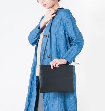 Aetaらしいミニマムなデザインのショルダーバッグ。過剰な装飾を省いているため、性別や年齢、トレンドを問わず合わせられますね。