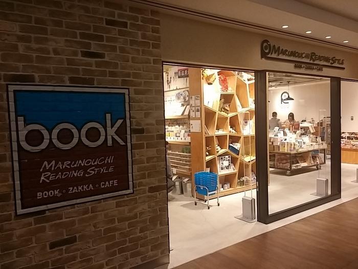 JR東京駅からすぐ。東京中央郵便局の建物跡に誕生した商業施設「KITTE」の4階にある本屋とカフェが融合したお店。ショップでは書籍や文具雑貨などを取り扱う傍ら、68席を有する広々としたカフェも併設。新しい本屋さんのスタイルが楽しめます。