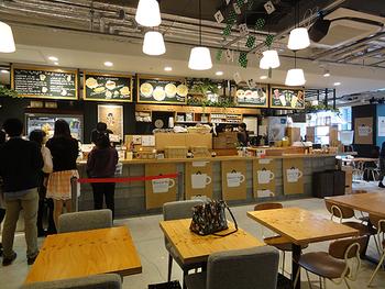 ショップに併設されたカフェは、明るく広々としていてゆっくりできる雰囲気。購入前の書籍の試し読みもOK!というのも嬉しいサービスです。本を片手に利用したら、時間を忘れてくつろいでしまうかも!?