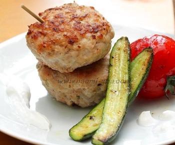 塩ヨーグルトソースでさっぱりといただける鶏つくね。軟骨を入れるとより食感がアップします。小さく作って、ピンチョス風にするのもおしゃれかも。