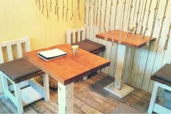 カフェはテーブル席2つ、カウンター席3つの小さなスペースながら、とっても落ち着く雰囲気。ものづくり教室も開催されています。さらに、満月の日は22:30まで営業し、キャンドルと月あかりの中で食事を楽しむユニークなサービスも。幻想的なひとときが堪能できますよ。